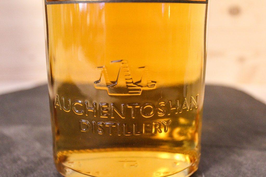 Die Details zu dem dreifachen Destillieren schimmern im Bernstein.