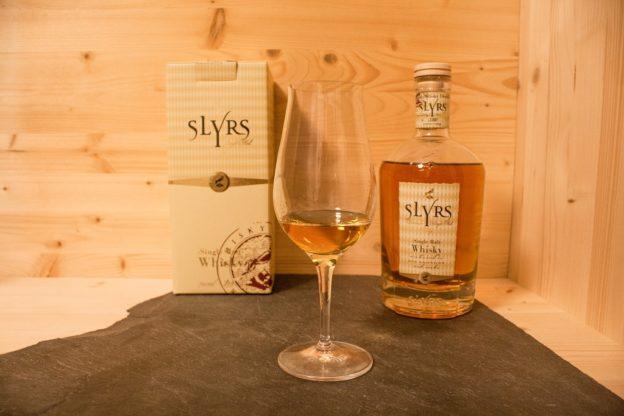 Der Slyrs ist ein Single Malt aus Bayern. Sein Auftreten wirkt sehr edel.