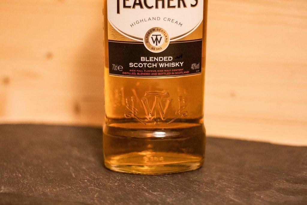 Hier noch einmal schön in die Flasche integriert das Emblem von Wiliam Teacher.