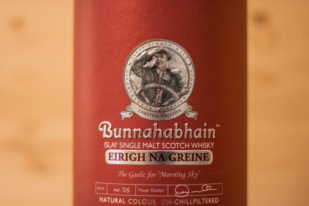 Die schöne Abbildung eines Kapitänes mit seinem Steuerrad auf dem Bunnahabhain Erigh na Greine.
