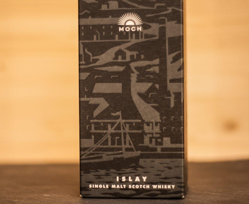Die Verpackung des Caol Ila Moch zeigt Brennerei Gebäude und die See, zuerst gab es aber ein Gruft Gefühl.