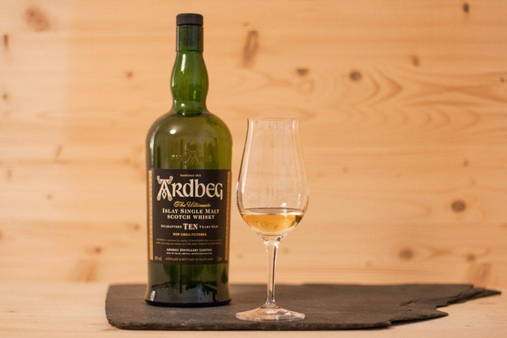 Der Ardbeg Ten ist ein wirklich sehr gelungener Single Malt Scotch der Insel Islay.